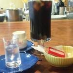 15335858 - ランチに付いているドリンク(アイスコーヒー)とビスケット。量めっちゃあります♪