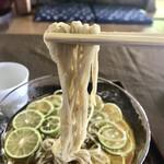 蕎遊庵 - 蕎麦は、おせいろ。しっかりしたコシがあり美味でした。鰹出汁のきいた汁にすだちの爽やかさが合わさりサッパリいただけます。