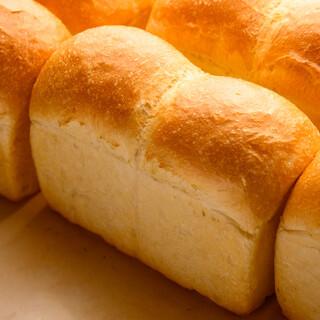 シンプルでありながら旨味深いパンが人気です。夕食のお供にも◎
