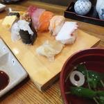 とも寿司 - にぎり8貫とお吸い物が付きます
