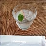 ティアツリー オーチャードカフェ - おしぼりとお水 リンゴが