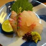 余志屋 - 鯛のお造り このコリコリ感は渦潮にもまれた鯛ならでは。関東ではなかなか食べれません