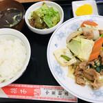 中華新楽 - 料理写真:肉ヤサイ炒め定食=700円 税込