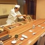 鮨 徳米 - 木製ケースときれいなカウンター。