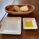 zafunatsuya - Pane パン2種とオリーブオイル