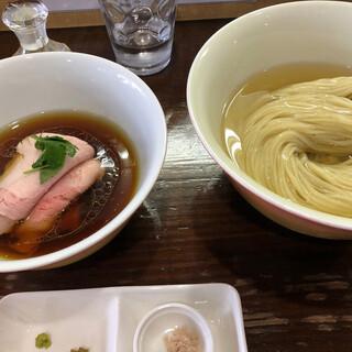 らあめん サンド - 料理写真:醤油薫る鶏醤油スープの昆布水つけ麺!薬味と奥には土佐のみかん酢。