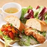 ビッフィ カフェ - ランチのパニーニプレートは2種類の味が楽しめるワンプレート