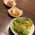 炭火焼肉・韓国料理 KollaBo - 小鉢が3つ