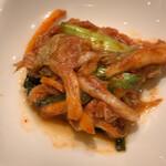 炭火焼肉・韓国料理 KollaBo - キムチ けっこう辛くて美味しい