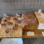ゆかいパン - 料理写真:店内のパン棚