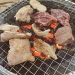 金太の金太 - お肉を焼く。七輪の火の勢いがしっかりあるのですぐ焼けます。