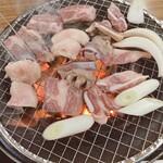 金太の金太 - お肉を焼いています。