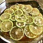 蕎遊庵 - 薄切りすだちがたっぷり! 見た目にも清涼感があります。
