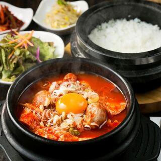 お昼から韓国料理堪能サラダ・キムチ・スープ付のランチ定食