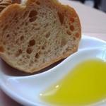 ザ・ゲストハウス ランク - パン:オリーブオイル美味しい。