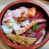 兄弟寿司 - 料理写真:海鮮丼。真ん中に小さな蟹ちゃんがおりますよ。(笑)
