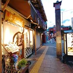 浅草名代らーめん 与ろゐ屋 - お店は、伝法院通りの入口近くです。