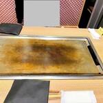 ゆかり - 各テーブルには熱々の鉄板♪
