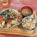 クロモンカフェ - 焼魚定食ハーフ&ハーフ