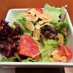 オステリア リュカ - トマトと葉野菜のサラダ