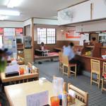 博多ラーメン 唐木屋 - カウンター・テーブル・小上がりがあり、子連れファミリーにも嬉しい設計です。