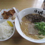 博多ラーメン 唐木屋 - 本日の日替わり定食はキクラゲラーメン・唐揚げ2個・白ご飯で500円です。
