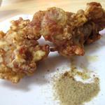 博多ラーメン 唐木屋 - 揚げたての熱々唐揚げは2個です。