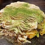 153617204 - 豚玉(税込700円)                       広島のお好み焼きの様な手切りのキャベツ、繋ぎの生地は極めて少ない                       ヤワふわだが、山芋は入っておらず、卵主体                       もったり感が無く胃が持たれる感じがありません                       お好みソースは甘口でした