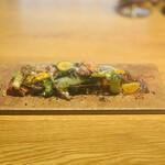 153626770 - ② 30種の季節の野菜(生、燻製、ボイル)、燻製リコッタチーズ+ドレッシングのゼリーシートのせ、黒オリーブのパウダー掛け