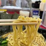 153633489 - モッチリ美味しい中太縮れ麺。これが酒井製麺?