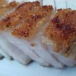 重慶飯店 - 皮付き焼き豚。