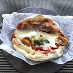 ピンサ・ロマーナ - *定番の味わいですがチーズたっぷりで好みでしたし、生地がモチモチ食感で美味しい。。
