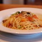 鞆町カフェー454 - 料理写真:イワシのスモークオイルサーディンと生トマトとブロッコリーのパスタ
