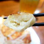 153652088 - 中身は肉が少なめでキャベツが多く、浜松餃子の典型的な様相