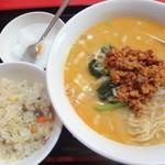 慶珍楼 - 坦々麺と半チャーハン:750円