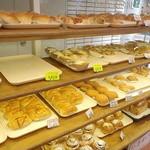 昭和ベーカリー - 小さな店内にパンがずらり♪