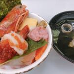 街のみなと まぐろパーク - 海鮮丼と海鮮汁¥110〜