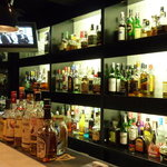 BAR Clover - ちょっと小さなバックバーには隙間無くお酒が並ぶ(掲載承諾済)