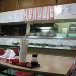 金壷食堂 - カウンターに料理が並びます