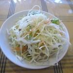 ムッシュさかい - 最初にサラダが届けられました、オーソドックスなキャベツ中心のサラダですね。