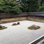 15371794 - 龍安寺の石庭;心を無にし、そこに表現された宇宙を見る。