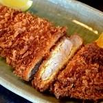 ゆき藤 - 料理写真:ロースかつ定食 戸倉・・・とんかつ断面です