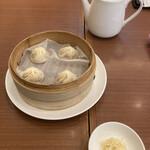 鼎泰豐 - 定番の小籠包は、特製醤油と千切り生姜でさっぱりと!