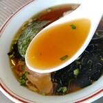 松竹飯店 - 【2021.6.28(月)】煮玉子ラーメン(並盛・150g)660円のスープ