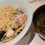 153747231 - つけめん(900円)まさかの平打ち麺、スープの醤油がちょっときついかも。煮干し系かと思ったので残念