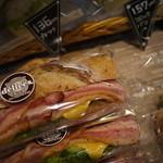 ベーカリーカフェデリス - 人気商品のサンドイッチも豊富
