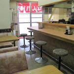 ばんすい軒 - カウンター席メインでテーブル席が2卓あります。