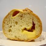 ウチキパン - 断面はこんな。結構たくさんチーズが入っています