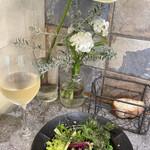 Flowers&Spanish Sonrisa - ランチ 無農薬野菜のサラダ、パン、グラスワイン
