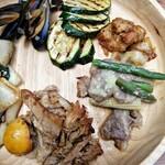 ビュッフェレストランAOW - 手前から プルドポーク・ビーフファヒータ・ぼんじりの山椒炒め・ズッキーニのグリル・ムール貝